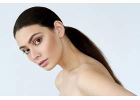 深色头发的年轻女子摆姿势_9389280