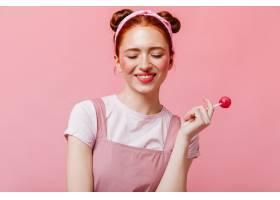 穿着白色T恤和上衣的快乐的女人在粉色的背_12677972