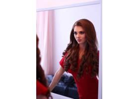 穿红色连衣裙的女人_8990457