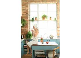 洗澡后头上裹着毛巾的厨房里的女人_8424433