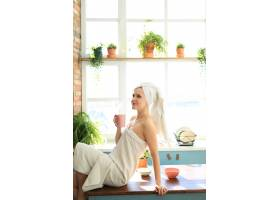 洗澡后头上裹着毛巾的厨房里的女人_8424435