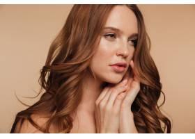 红发美女的特写特写双臂贴近脸部摆姿势_6514865
