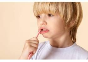 洗牙的小男孩穿着白色t恤的金发女郎_8078106