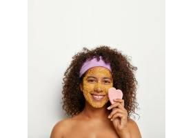 活泼快乐女人垂直形象使用海盐磨砂膏吸收_12495242