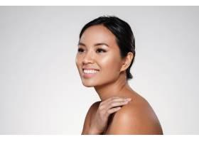 美丽微笑的亚洲女士在一旁看着_6604905