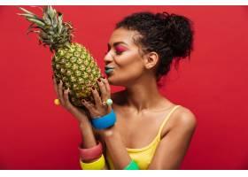 混血女子化妆时髦的黄色衬衫排毒亲吻新_6729993