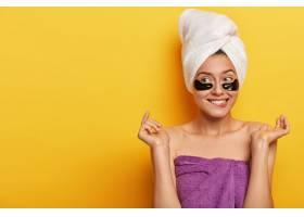 满意的高加索女性从美容中获得快乐皮肤类_12495428