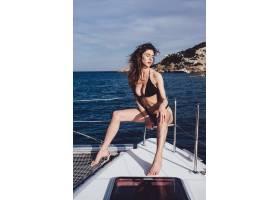 美丽的年轻女子在游艇上摆姿势_7528753