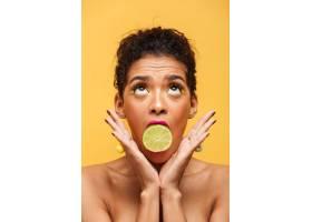 垂直可爱的非洲裔美国女子化妆时髦嘴里_6729967