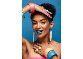 垂直时尚的非洲裔美国妇女戴着五颜六色的_6729925