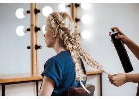 女理发师在美容院为金发女子做发型_7786251