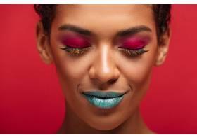 宏大迷人的非洲裔美国女人穿着五颜六色的化_6729981