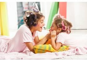 小女孩和妈妈坐在一起玩耍_9060088