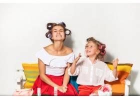 小女孩和妈妈坐在一起玩耍_9060106