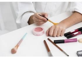小女孩和妈妈玩化妆品的特写镜头_6405225