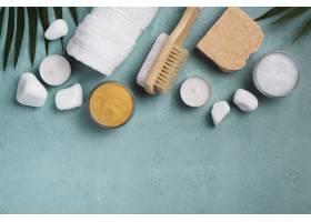 带肥皂和蜡烛的顶景温泉水疗刷_6984317