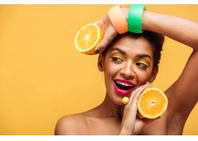 微笑的美国黑人妇女的肖像化妆时髦双手_6729957