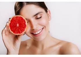 开朗可爱的女孩微笑着与白色墙壁上的红色_12607461