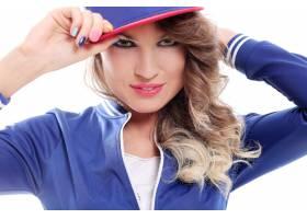 戴着帽子的卷发漂亮的有色人种女孩_6449961