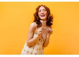 戴着红色卷发鲜花的真诚女子闭着眼睛笑了_12677800