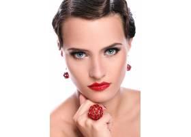 戴着红色首饰的年轻漂亮的女人_7629396