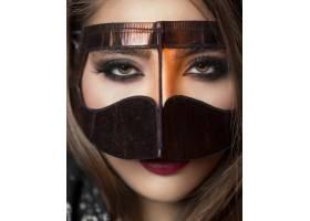戴着金色面具的模特强调她的眼妆_7608790