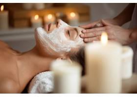 戴面罩的年轻女子在水疗沙龙放松脸部_8224468