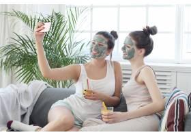 戴面膜的女性自拍美容护肤理念_7758820