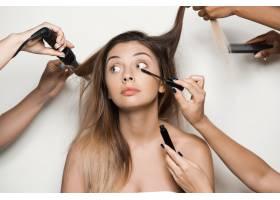 手做年轻美女的化妆和发型_7590476