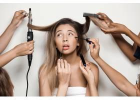 手做年轻美女的化妆和发型_7590478
