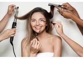 手做年轻美女的化妆和发型_7590482