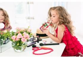 一个带着化妆品的小女孩坐在镜子旁边_7027927