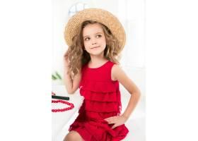 一个带着化妆品的小女孩坐在镜子旁边_7027931