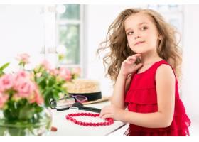 一个带着化妆品的小女孩她在妈妈的卧室里_8923800