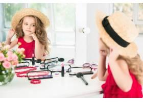 一个带着化妆品的小女孩她在妈妈的卧室里_8923810