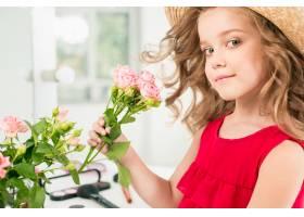 一个带着化妆品的小女孩她在妈妈的卧室里_8923818