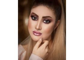 一位化着优雅的晒黑妆留着金发的女人_7608785