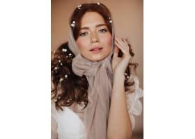 一位头戴米色头巾头戴鲜花的姜黄色卷发女_12677785