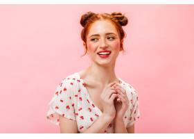 一位积极的红发女士穿着印有樱桃的t恤在_12678000