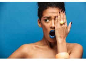 一位美丽的非洲裔美国女子涂着五颜六色的_6729894