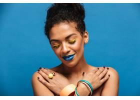 一位面带微笑的非洲裔女子化妆华丽戴着_6729888