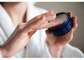 一名年轻女子手持一罐奶油的特写镜头_7704270