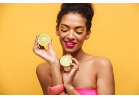 一幅化妆时髦的高兴的美国黑人妇女的肖像_6729962