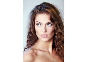 一幅美丽的黑发女子的肖像卷发裸露的肩_6279154