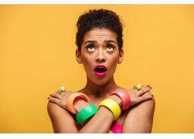 一幅羞涩的非洲妇女肖像戴着五颜六色的装_6729935
