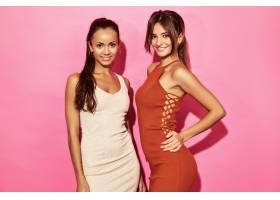 两位笑容可掬的美女模特身着时尚设计潮流服_6714243