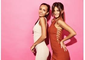 两位笑容可掬的美女模特身着时尚设计潮流服_6714246