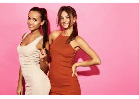 两位笑容可掬的美女模特身着时尚设计潮流服_6714247