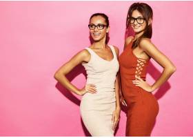 两位笑容可掬的美女模特身着时尚设计潮流服_6714251