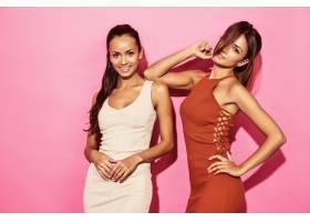 两位美丽性感笑容满面的女模身着时尚设计潮_6714244